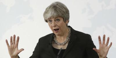 «Vogliamo che restiate», dice Theresa May agli italiani nel Regno Unito