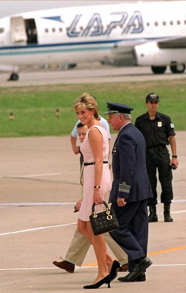 Lady Diana con un paio di tacchi bassi sale su un elicottero diretta a  Buenos Aires d3ee8bc2d4a