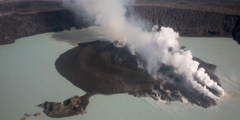 L'evacuazione dell'isola Ambae è stata accelerata per l'intensificarsi dell'attività del vulcano Manaro - Il Post