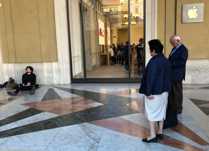L'Apple Store sotto i portici di Piazza della Repubblica a Firenze