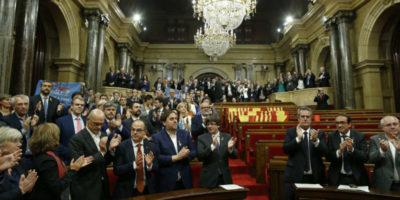 Cos'è successo al Parlamento catalano, spiegato semplice