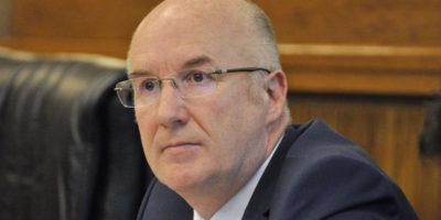Mozione di sfiducia costruttiva, Marquis valuta le dimissioni