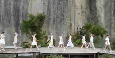 La sfilata di Chanel tra le cascate del Grand Palais