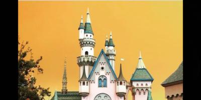 Le foto del cielo arancione sopra Disneyland in California