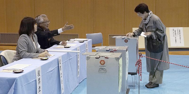 'Super-maggioranza' per Shinzo Abe. Più vicina la fine della costituzione pacifista