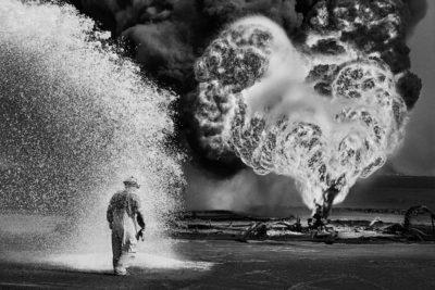 Il deserto del Kuwait in fiamme, di Sebastião Salgado