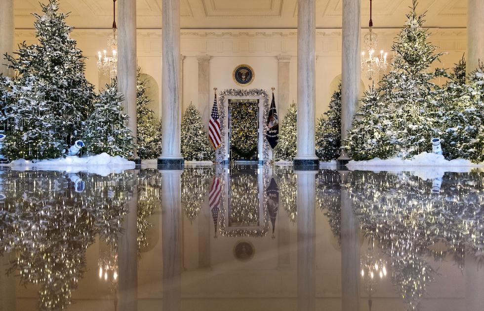 Il Grand Foyer e la Cross Hall della Casa Bianca con decorazioni ispirate  allo Schiaccianoci, Washington DC, 27 novembre 2017 (AP Photo/Carolyn  Kaster)