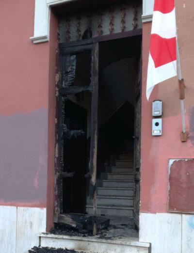 Nella notte qualcuno ha dato fuoco al portone della sede del PD di Ostia
