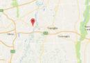 Una donna è morta per un malore dopo che un sasso ha colpito il parabrezza dell'auto sulla quale viaggiava
