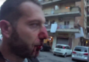 Il video del giornalista picchiato mentre faceva domande su CasaPound e la mafia a Ostia