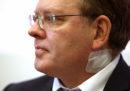 In Germania un sindaco è stato accoltellato, forse per le sue politiche di accoglienza dei migranti