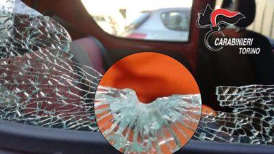 Un uomo è stato arrestato vicino a Torino per aver sparato all'auto di un altro autista dopo aver litigato per un sorpasso