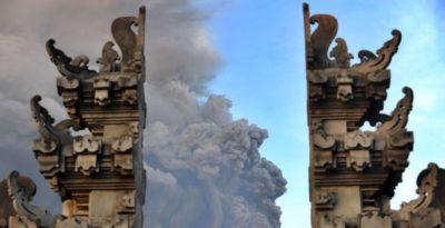 L'eruzione del vulcano Agung, a Bali, fotografata