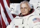 È morto l'ex astronauta Bruce McCandless, il primo uomo a fluttuare nello Spazio senza essere agganciato a un veicolo spaziale