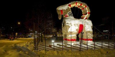 Questa grande capra di paglia verrà bruciata prima di Natale?