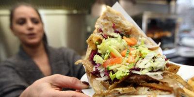 """No, l'Europa non vuole """"mettere fuori legge"""" il kebab"""
