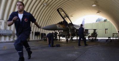 Caccia israeliani bombardano base militare iraniana in Siria
