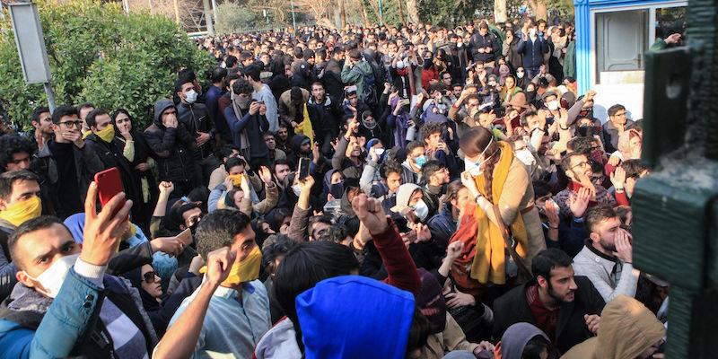 Immagini di proteste che hanno colpito Iran