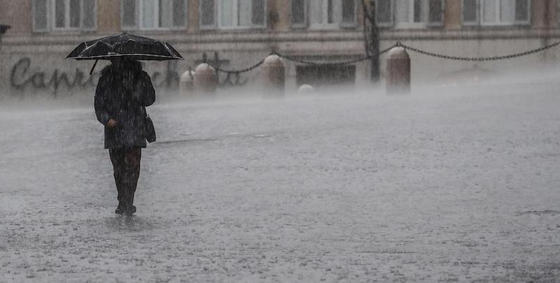 Le foto di roma ieri sotto la pioggia il post for Sotto la pioggia ombrelli