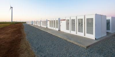 Sembra che la centrale a batterie di Tesla in Australia funzioni molto bene