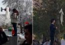 Una donna è stata arrestata a Teheran dopo essersi tolta il velo e avere protestato contro il regime