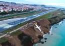 La foto dell'aereo finito sulla scogliera di una spiaggia a Trebisonda, in Turchia