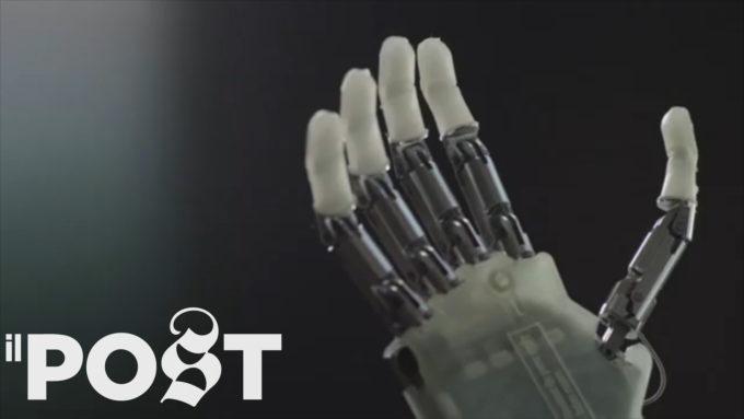 """Questa mano bionica può """"sentire"""" le cose"""