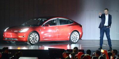 La scommessa un po' matta di Elon Musk per restare a capo di Tesla