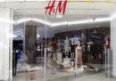 Le proteste in Sudafrica contro H&M, accusata di razzismo
