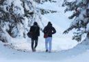 Le foto dei migranti tra la neve a Bardonecchia
