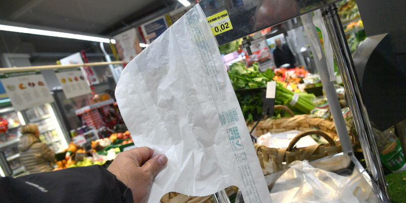 Perché si parla dei sacchetti a pagamento per frutta e verdura