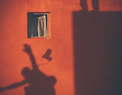 Gli anni che passano davanti a una finestra