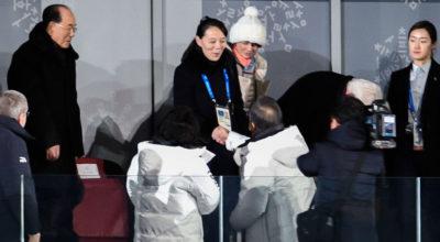 La foto di una storica stretta di mano, durante la cerimonia di apertura delle Olimpiadi