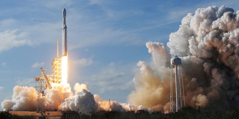 Le foto del primo lancio del Falcon Heavy - Il Post