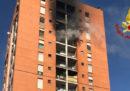 C'è stato un incendio in un palazzo di Quarto Oggiaro, a Milano: un ragazzo è in gravi condizioni