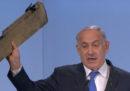Netanyahu ha avvertito l'Iran sventolando un pezzo del drone abbattuto