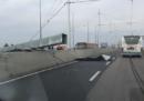 È crollato un palo della segnaletica stradale sul Ponte della Libertà di Venezia: il traffico è stato bloccato in entrambe le direzioni