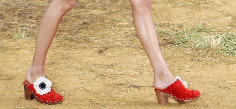 Una modella con degli zoccoli alla sfilata di Chanel per la  primavera estate 2010 Parigi 28d03be309f