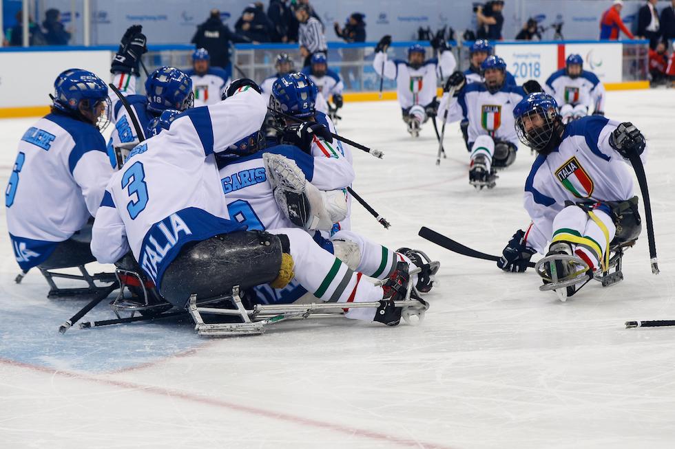 La Nazionale di hockey su slittino festeggia la vittoria contro la Norvegia