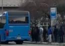 L'autista che non fa salire i migranti sull'autobus
