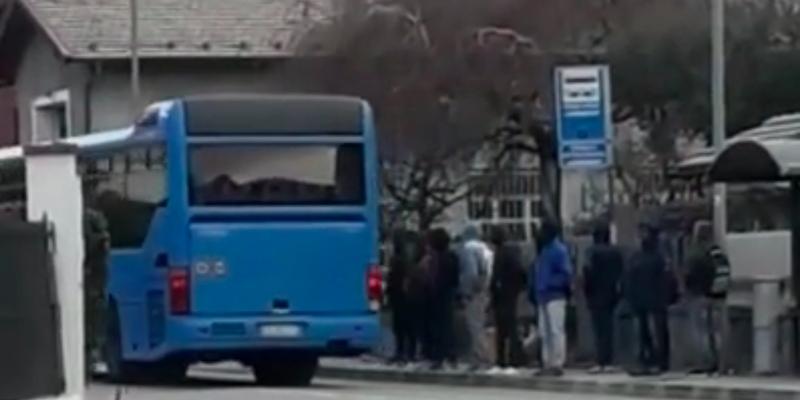 Lascia a piedi i profughi: autista di bus rischia il licenziamento