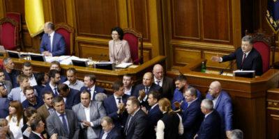 In Ucraina è stata approvata una legge che obbliga i parlamentari a depositare le armi prima di entrare in Parlamento