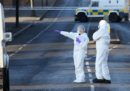 Un'auto della polizia nordirlandese ha preso fuoco per l'esplosione di una bomba sulla strada che collega Belfast a Bangor