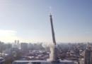 Come si demolisce una torre alta 220 metri