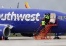 Un aereo ha fatto un atterraggio di emergenza a Philadelphia per un incendio al motore: una donna è morta e ci sono dei feriti