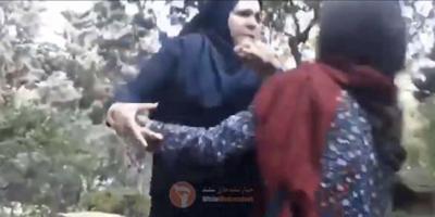 """Il video di una donna aggredita dalla """"polizia morale"""" dell'Iran"""