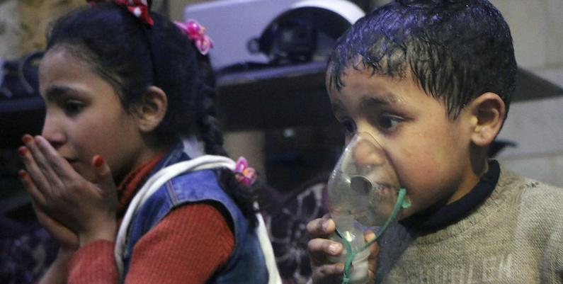 Due bambini di Douma colpiti dall'attacco chimico del 7 aprile 2018. Credits to: AP.
