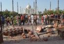 Gli ingressi monumentali del Taj Mahal sono stati danneggiati dal forte vento
