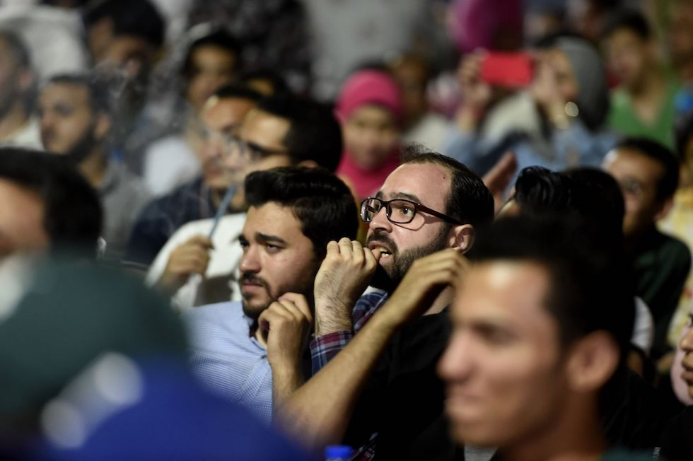Tifosi egiziani al Cairo osservano preoccupati l'uscita dal campo di Salah nella finale di Champions League