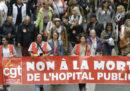 Più di 16 mila dipendenti pubblici hanno manifestato a Parigi contro il presidente Macron